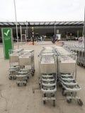 Κενό καροτσάκι ή κάρρο αποσκευών στον αερολιμένα Στοκ Εικόνες