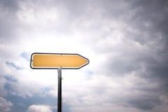 Κενό κατευθυντικό οδικό σημάδι με την υπόδειξη του βέλους Στοκ Εικόνες