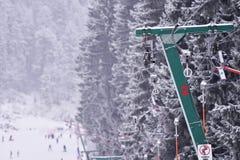 Κενό καλώδιο ανελκυστήρων σε ένα χιονοδρομικό κέντρο Στοκ εικόνες με δικαίωμα ελεύθερης χρήσης