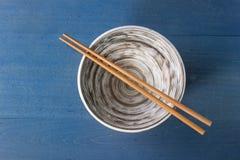 Κενό κεραμικό κύπελλο με chopsticks Στοκ Φωτογραφία