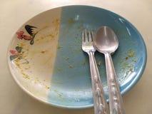 Κενό κεραμικό πιάτο με το tracery κοτόπουλου στο κουτάλι και το δίκρανο πιάτων στη τοπ άποψη Μετά από το γεύμα Στοκ Εικόνες