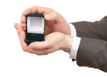 Κενό κιβώτιο δαχτυλιδιών στα χέρια businessmans Στοκ Εικόνα