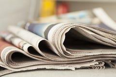 κενό κορυφαίο λευκό στοιβών εγγράφου εφημερίδων στοκ φωτογραφία