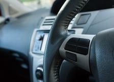 Κενό κουμπί ελέγχου στο τιμόνι αυτοκινήτων χρησιμοποιούμενο Στοκ Φωτογραφία