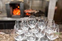 Κενό κρασί γυαλιών στο εστιατόριο Νερό γυαλιού Ένας δίσκος των γυαλιών κρασιού σε μια δεξίωση γάμου Στοκ εικόνα με δικαίωμα ελεύθερης χρήσης