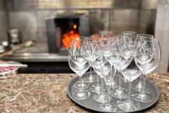 Κενό κρασί γυαλιών στο εστιατόριο Νερό γυαλιού Ένας δίσκος των γυαλιών κρασιού σε μια δεξίωση γάμου Στοκ Φωτογραφίες