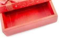 Κενό κόκκινο κιβώτιο δώρων που ανοίγουν που απομονώνεται Στοκ Φωτογραφίες