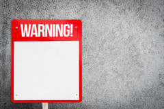 Κενό κόκκινο προειδοποιητικό σημάδι στο γκρίζο υπόβαθρο στοκ εικόνες