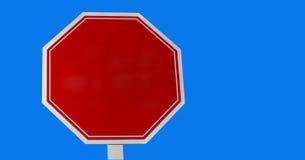 Κενό κόκκινο σημάδι στάσεων σε ένα μπλε υπόβαθρο Στοκ φωτογραφίες με δικαίωμα ελεύθερης χρήσης