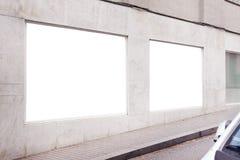 Κενό λευκό που διαφημίζει την αστική αφίσα σε έναν τοίχο έξω στο άσπρο συγκεκριμένο κτήριο, διάστημα για το σχεδιάγραμμα σχεδίου στοκ εικόνα με δικαίωμα ελεύθερης χρήσης
