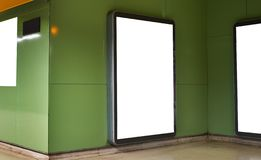 Κενό λευκό που διαφημίζει τον αστικό πίνακα διαφημίσεων εσωτερικό στην αίθουσα υπογείων, κάθετο πορτρέτο, πράσινοι τοίχοι στοκ εικόνες