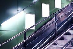 Κενό λευκό που διαφημίζει τον αστικό πίνακα διαφημίσεων εσωτερικό στην αίθουσα υπογείων, κάθετο πορτρέτο, πράσινοι τοίχοι, επάνω  στοκ φωτογραφία