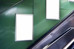 Κενό λευκό που διαφημίζει τον αστικό πίνακα διαφημίσεων εσωτερικό στην αίθουσα υπογείων, κάθετο πορτρέτο, πράσινοι τοίχοι, επάνω  στοκ φωτογραφία με δικαίωμα ελεύθερης χρήσης