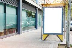 Κενό λευκό που διαφημίζει τον αστικό πίνακα διαφημίσεων κοντά στη στάση λεωφορείου πόλεων, placeholder πρότυπο σε μια οδό, διάστη στοκ εικόνες