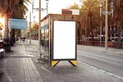 Κενό λευκό που διαφημίζει τον αστικό πίνακα διαφημίσεων κοντά στη στάση λεωφορείου πόλεων, placeholder πρότυπο σε μια οδό, διάστη στοκ εικόνες με δικαίωμα ελεύθερης χρήσης