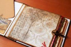 Κενό λεύκωμα Scapbook με το κατασκευασμένο έγγραφο απεικόνιση αποθεμάτων