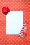 Κενό μήνυμα εγγράφου στο υπόβαθρο σχεδίων καρδιών Στοκ Φωτογραφία