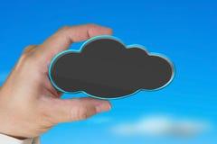 Κενό μαύρο σύννεφο εκμετάλλευσης χεριών με το μπλε ουρανό φύσης Στοκ εικόνες με δικαίωμα ελεύθερης χρήσης