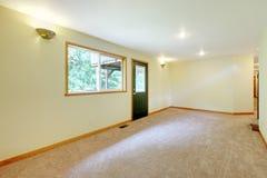 Κενό μεγάλο άσπρο φωτεινό καθιστικό σε ένα νέο σπίτι Στοκ Εικόνες
