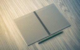 κενό μολύβι εγγράφου σημειώσεων στην ξύλινη ανασκόπηση Στοκ εικόνα με δικαίωμα ελεύθερης χρήσης