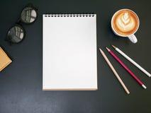 Κενό μολύβι σημειωματάριων στο γραφείο γραφείων με το φλυτζάνι καφέ, τοπ άποψη Στοκ φωτογραφίες με δικαίωμα ελεύθερης χρήσης