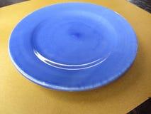 Κενό μπλε πορφυρό κεραμικό πιάτο χρώματος σε χαρτί αχύρου Τοπ υπόβαθρο άποψης πιάτων Στοκ Εικόνα
