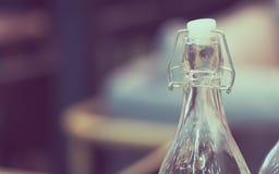 Κενό μπουκάλι γυαλιού με το πλαστικό πώμα του Κορκ στοκ φωτογραφία