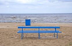 Κενό μπλε κιβώτιο πάγκων και σκουπιδιών στην παραλία θάλασσας Στοκ Εικόνες