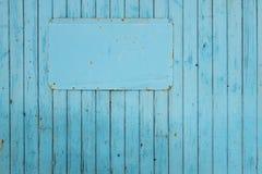Κενό μπλε σημάδι στο μπλε υπόβαθρο Στοκ εικόνες με δικαίωμα ελεύθερης χρήσης