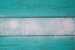 Κενό μπλε φορεμένο ξύλινο σημάδι κιρκιριών με τη σύσταση άμμου στοκ εικόνες