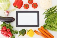 Κενό να βρεθεί ταμπλετών οθόνης που περιβάλλεται από τα λαχανικά Μαγειρεύοντας γεύμα, που ψάχνει τη συνταγή στο διαδίκτυο Στοκ φωτογραφίες με δικαίωμα ελεύθερης χρήσης
