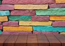 Κενό ξύλινο πάτωμα ζωηρόχρωμος τοίχος τούβλ στοκ εικόνες