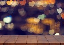 Κενό ξύλινο πάτωμα θολωμένο bokeh ελαφρύ υπόβαθρο καρδιών Στοκ Εικόνες