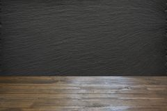 Κενό ξύλινο tabletop και μαύρη πλάκα chalckboard για την επίδειξη ή το montage τα προϊόντα σας στοκ φωτογραφίες