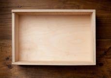 Κενό ξύλινο κιβώτιο στο καφετί υπόβαθρο Στοκ Φωτογραφία
