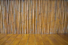 Κενό ξύλινο πάτωμα με τη σύσταση τοίχων μπαμπού Στοκ Εικόνες
