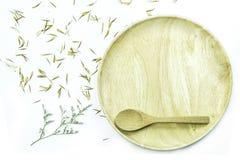 Κενό ξύλινο πιάτο με το λουλούδι και πέταλο στο άσπρο υπόβαθρο Στοκ φωτογραφία με δικαίωμα ελεύθερης χρήσης