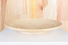 Κενό ξύλινο πιάτο που απομονώνεται στο άσπρο επιτραπέζιο υπόβαθρο Στοκ Εικόνα