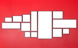 Κενό ξύλινο πλαίσιο φωτογραφιών στον κόκκινο τοίχο εσωτερικό μικρό λευκό ποικιλίας διακοσμήσεων ανασκόπησης άρθρων Στοκ Εικόνες