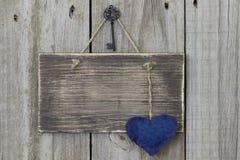 Κενό ξύλινο σημάδι με την μπλε καρδιά βαμβακερού υφάσματος Στοκ φωτογραφίες με δικαίωμα ελεύθερης χρήσης