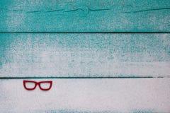 Κενό ξύλινο σημάδι παραλιών με την άμμο και τα κόκκινα γυαλιά ηλίου Στοκ Φωτογραφία