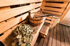 Κενό ξύλινο δωμάτιο σαουνών με την κουτάλα, κάδος έτοιμος να χρησιμοποιηθεί Στοκ εικόνα με δικαίωμα ελεύθερης χρήσης