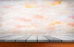 Κενό ξύλινο tabletop με το υπόβαθρο τούβλου Στοκ Εικόνα