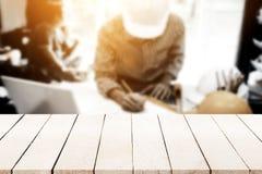 Κενό ξύλινο tabletop πέρα από τον επιχειρησιακό μηχανικό που εργάζεται στο γραφείο του Στοκ φωτογραφίες με δικαίωμα ελεύθερης χρήσης