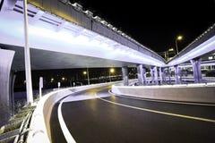 Κενό οδικό πάτωμα με τη γέφυρα οδογεφυρών πόλεων της νύχτας φω'των νέου στοκ φωτογραφίες με δικαίωμα ελεύθερης χρήσης