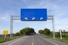 Κενό οδικό σημάδι στο δρόμο εθνικών οδών Στοκ φωτογραφία με δικαίωμα ελεύθερης χρήσης