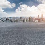 Κενό πάτωμα με το σύγχρονο ορίζοντα πόλεων Στοκ Φωτογραφίες