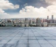 Κενό πάτωμα με το σύγχρονο ορίζοντα πόλεων Στοκ φωτογραφία με δικαίωμα ελεύθερης χρήσης