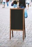 Κενό πίνακας σημαδιών πινάκων κιμωλίας πινάκων διαφημιστικό ή πώμα πελατών Στοκ εικόνες με δικαίωμα ελεύθερης χρήσης