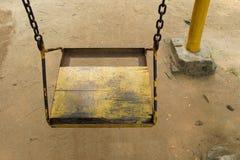 Κενό παλαιό ξύλινο κάθισμα ταλάντευσης Στοκ εικόνες με δικαίωμα ελεύθερης χρήσης